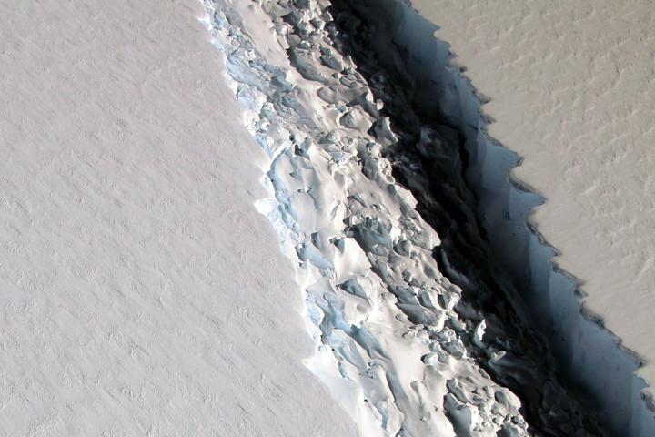 הבקע המתהווה במדף השלג באנטארקטיקה. צילום: NASA's Earth Observatory