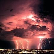 השפעות ויחסי הגומלין בין הסביבה העירונית להתפרקויות ברקים בישראל