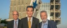 """מושל הונג קונג מבקר בבניין הקפסולה של בית הספר ללימודי הסביבה ע""""ש פורטר"""